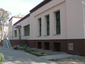Widok ogólny budynku Biblioteki Centralnej z widoczną wrzutnią po prawej