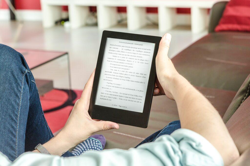 Czytelnik korzysta z czytnika e-booków